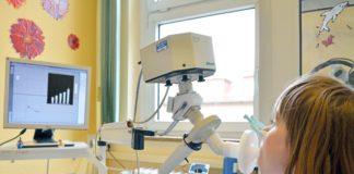 Im Mukoviszidose-Zentrum des Universitätsklinikum Jenas wird bei einer Patientin ein Lungenfunktionstest durchgeführt. (Foto: UKJ/Szabó)